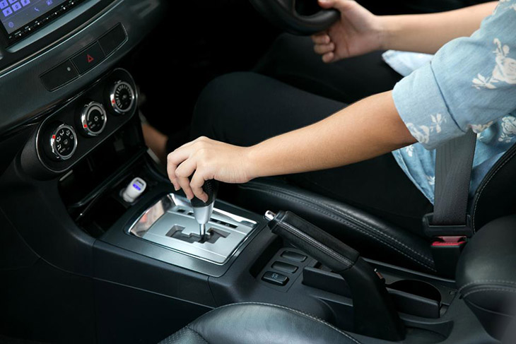 hand-on-automatic-gear-shift,-Man-hand-shifting-an-automatic-car